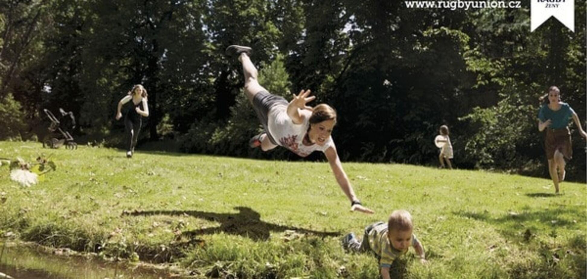 'Спасти ребенка и выиграть венок'. В Чехии создали необычную рекламу женского регби: шокирующие фото