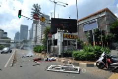 Появились жуткие фото с мест взрывов в Джакарте