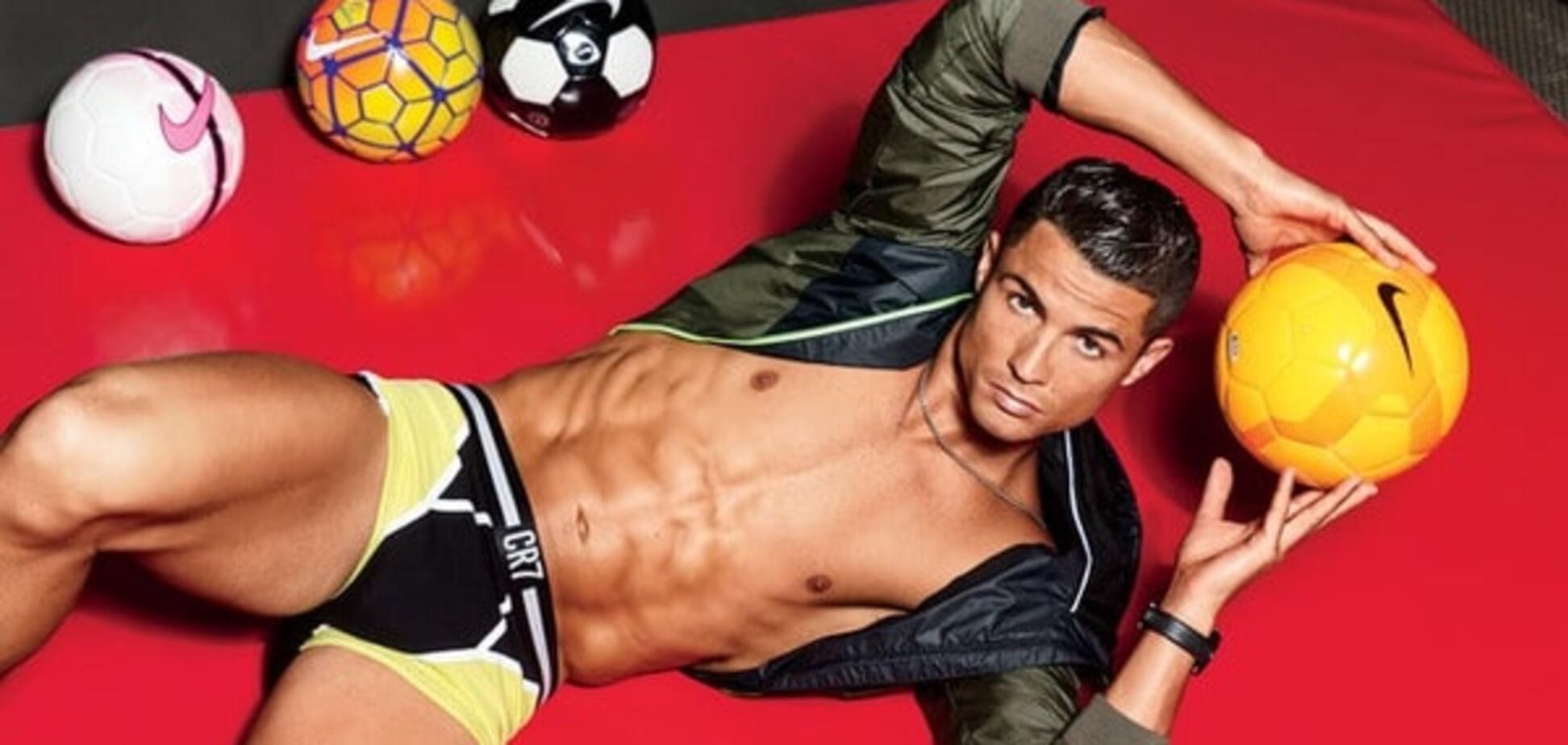 Криштиану Роналду снялся с обнаженной моделью в откровенной фотосессии
