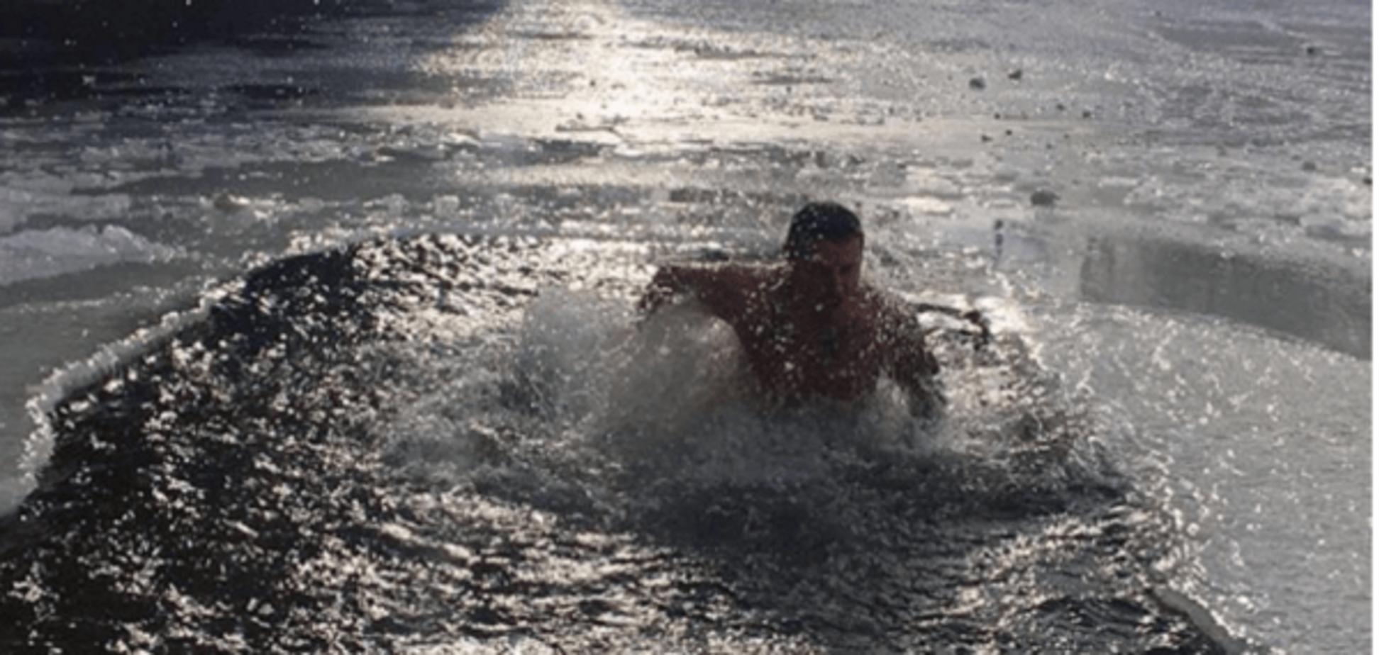 Футболіст збірної України стрибнув в ополонку на Водохреща: ефектне фото