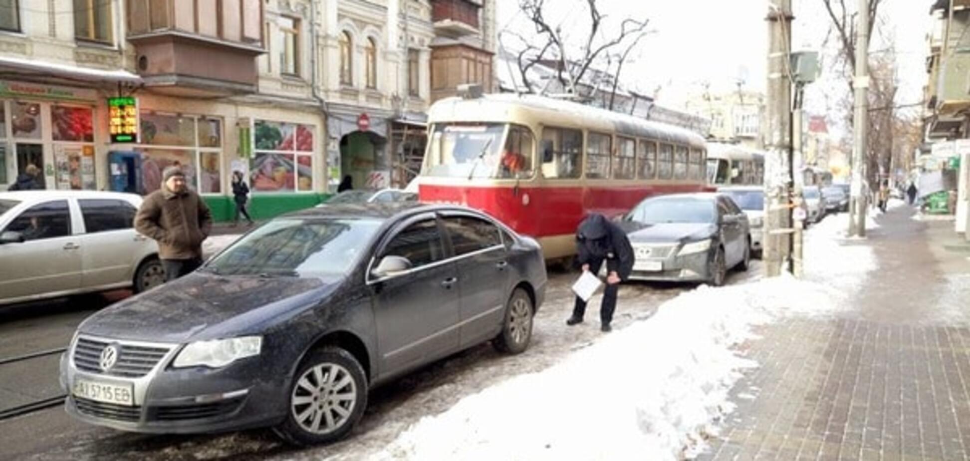 В Киеве 'герой парковки' закрыл дорогу трамваям и сотням авто