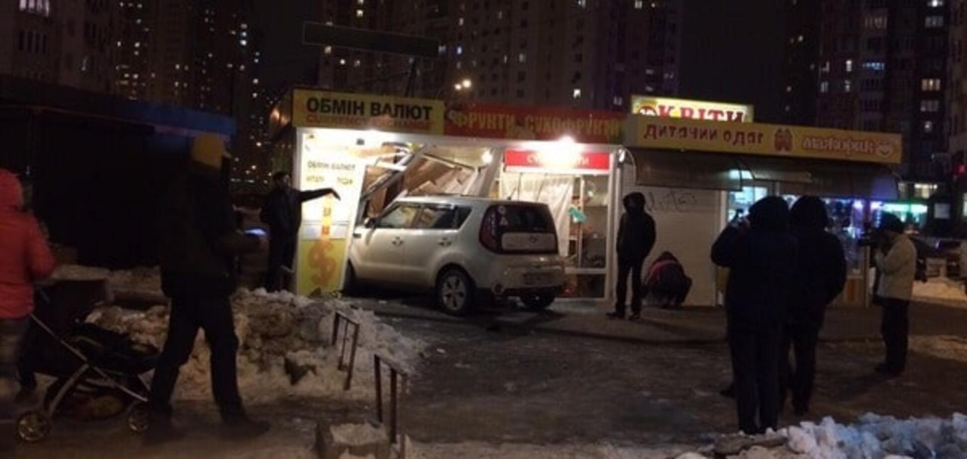 Авария в Киеве: 'паркетник' влетел в 'Обмен валют'. Опубликованы фото