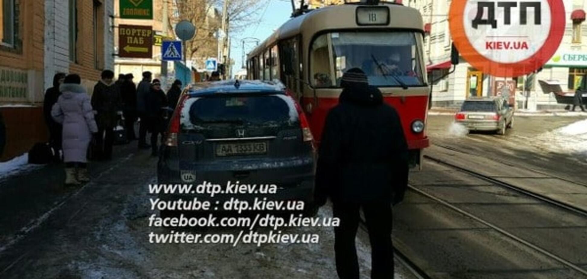 В Киеве невнимательный 'герой парковки' блокировал трамваи