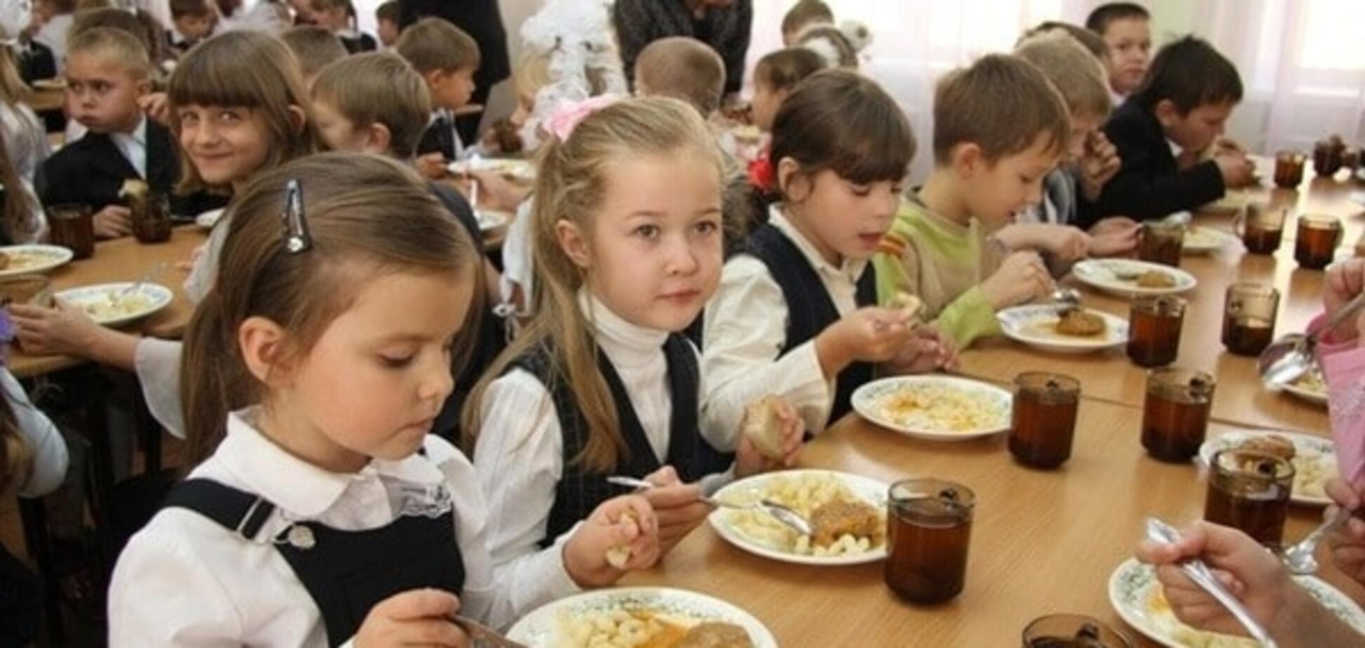 Отмена бесплатного питания в школах – удар по обнищавшим украинским семьям