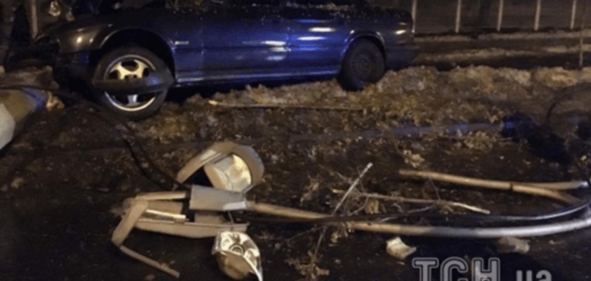 В Киеве авто переехало бетонный столб: опубликованы фото