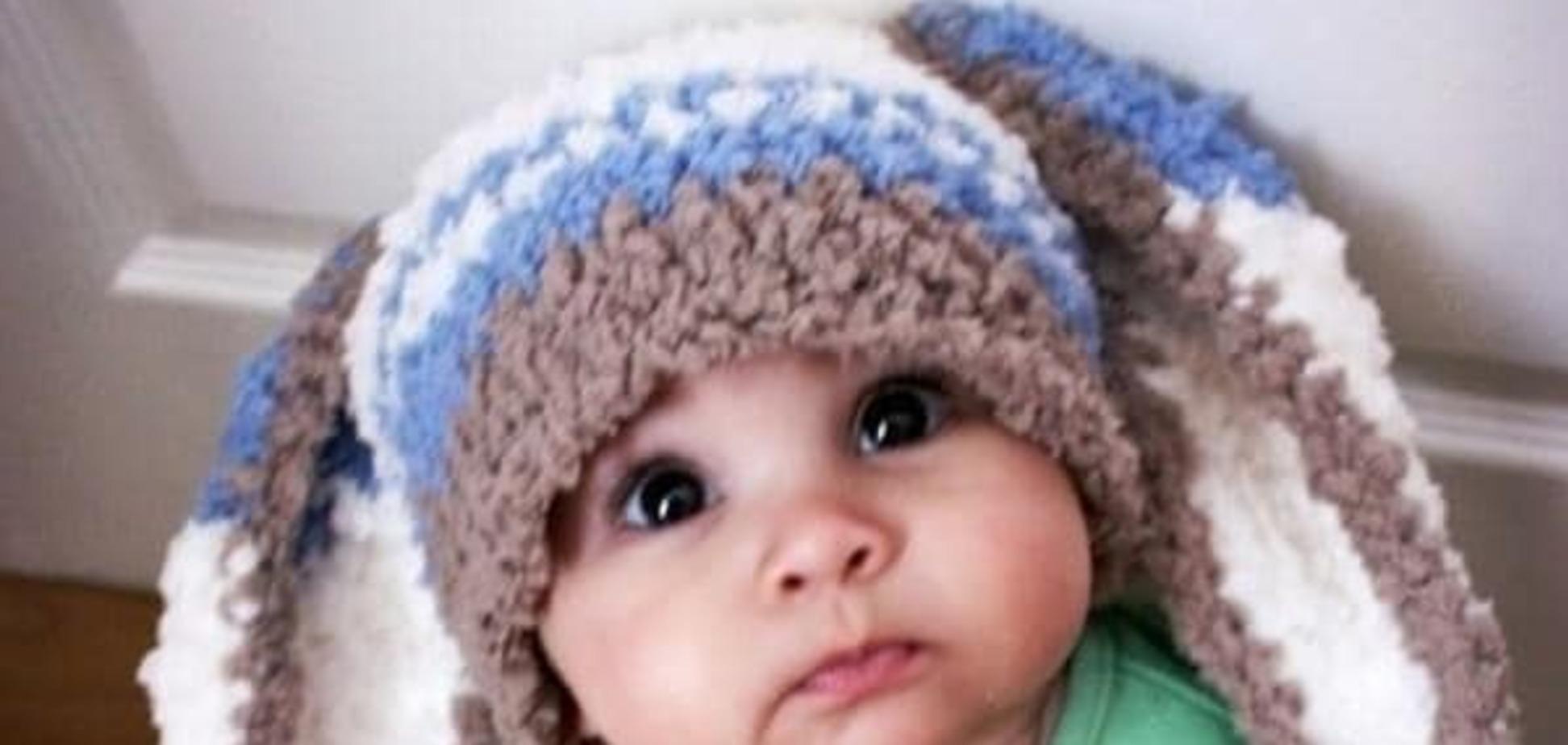 Бабушка связала: смешные фото малышей в шапочках