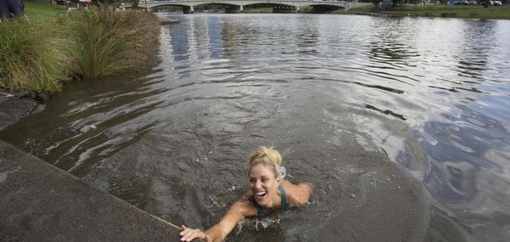 Сенсационная победительница Australian Open прыгнула в холодную реку после награждения: видео и фото заплыва