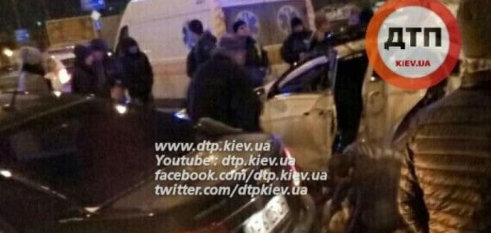 В Киеве Hyundai врезался в столб: есть пострадавшие