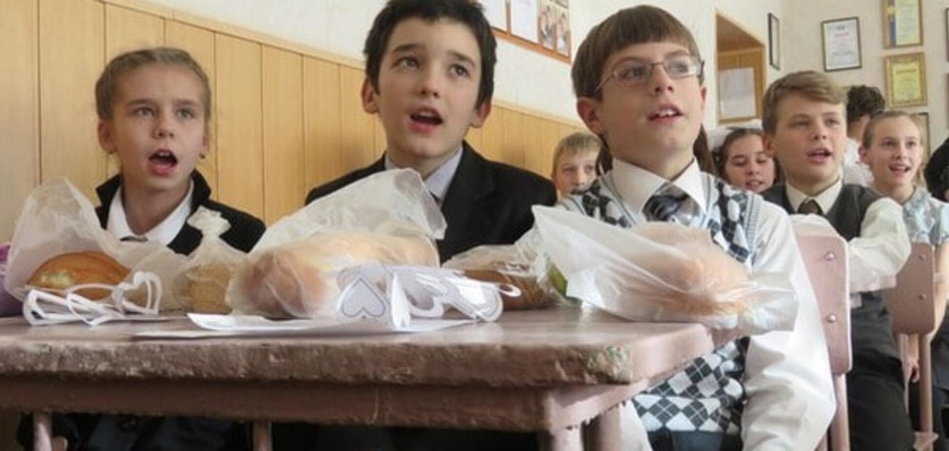 Новый год в 'ДНР'. В Макеевке детям подарили батоны: фотофакт
