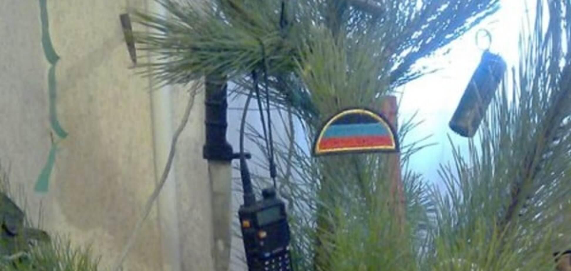 Терористи 'ДНР' прикрасили ялинку зброєю та боєприпасами: опубліковані фото