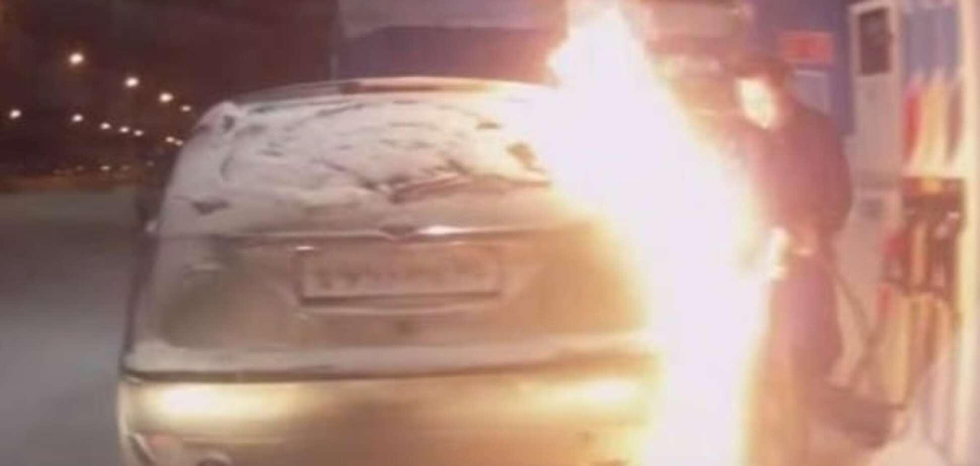 Із вогником: у Росії жінка підпалила своє авто на заправці