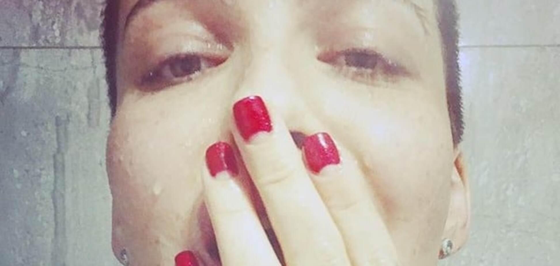 'Пьяная вдребезги': соблазнительная Астафьева прикрыла соски бокалами