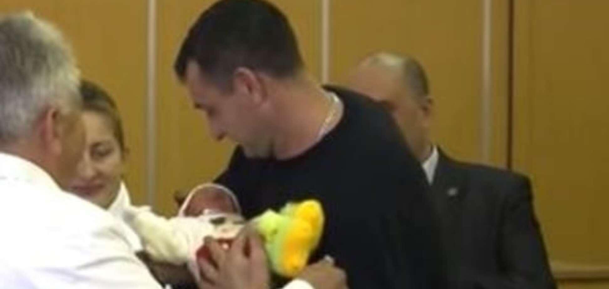 В Донецке новорожденных тройняшек назвали в честь 'ДНР': видеофакт