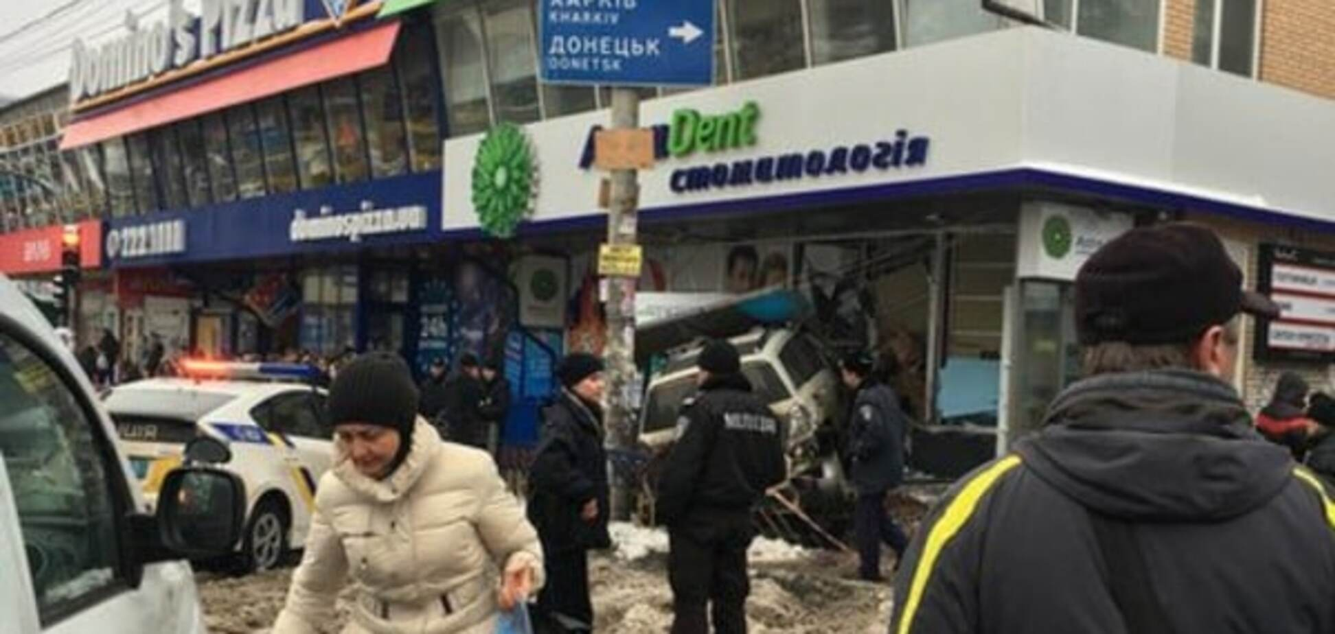 У Києві на 'Лівобережній' позашляховик протаранив стіну стоматології: є жертви. Фоторепортаж