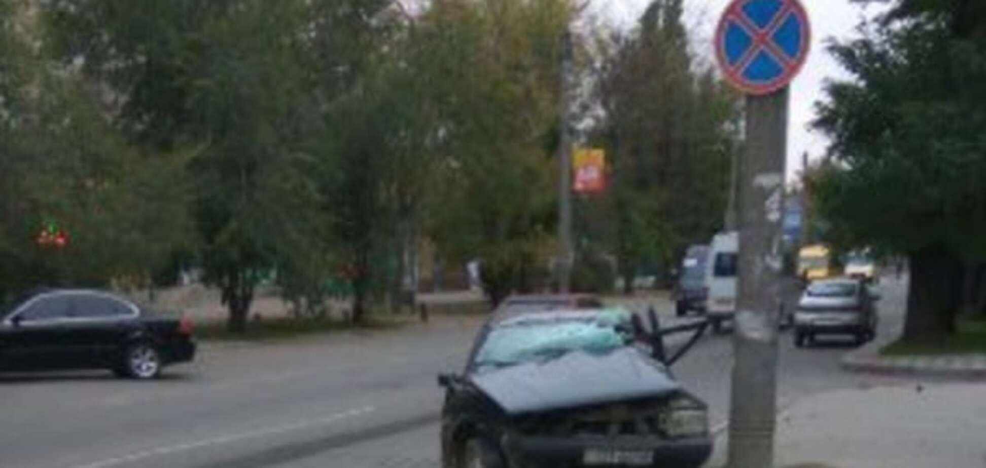 В Запорожской области 'Фиат' боком 'обнял' столб