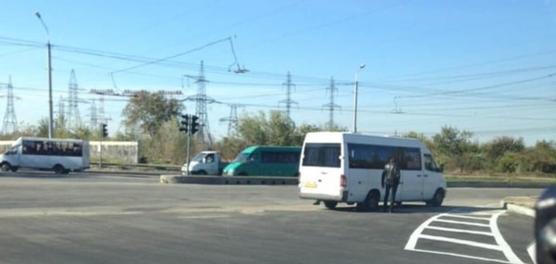 В центре Запорожья возле новой дороги маршрутка пробила колесо