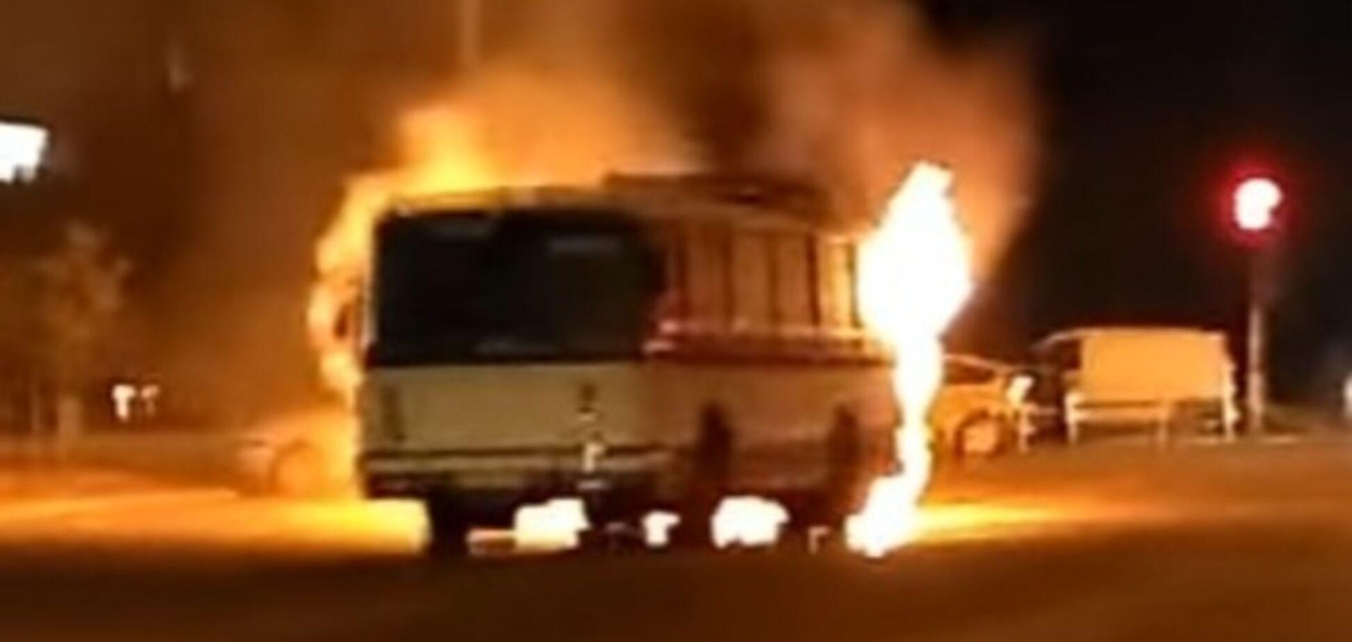 ЧП: В Запорожье посреди дороги вспыхнул автобус