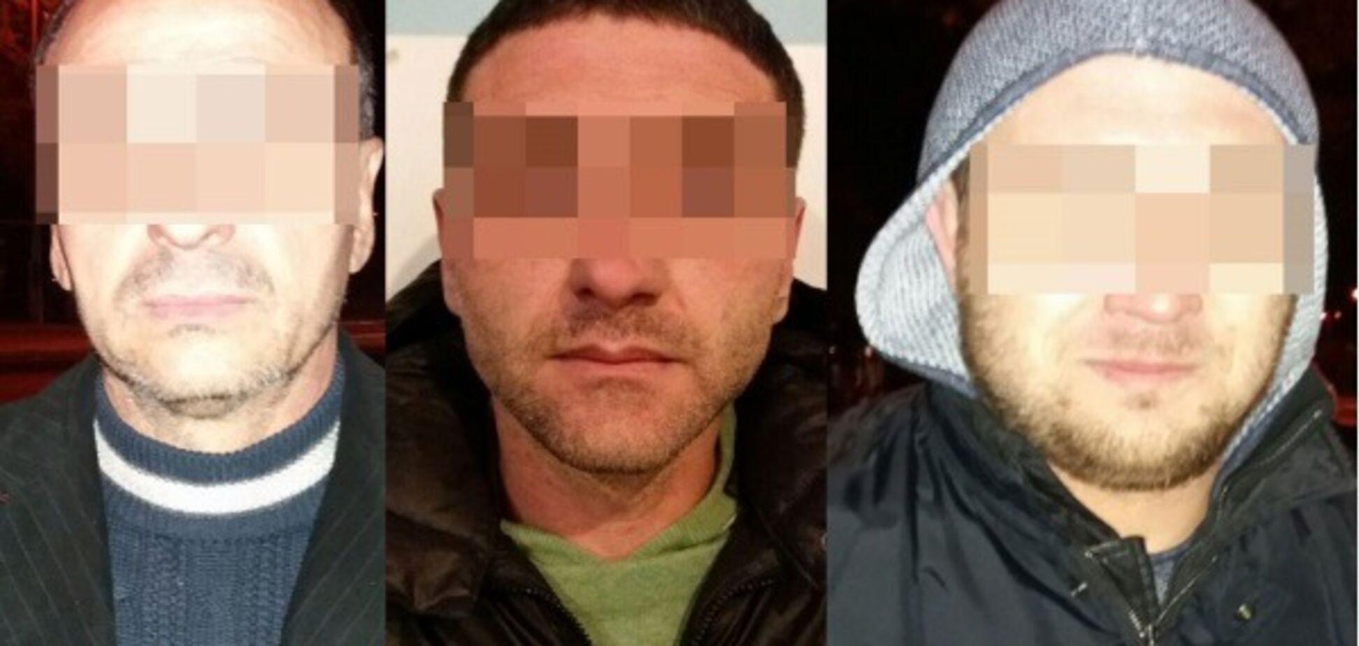 В Запорожье трое мужчин вскрывали машины сканером