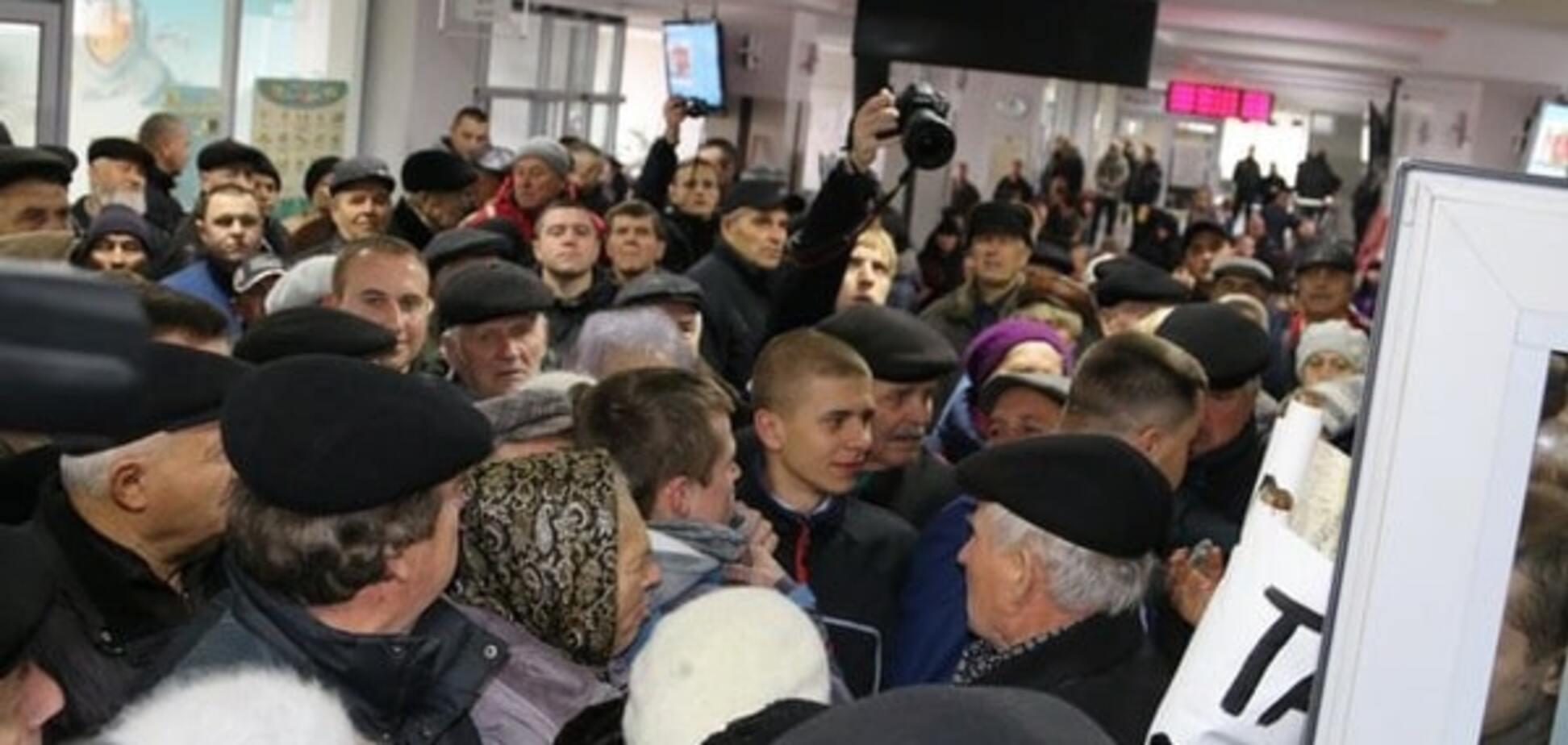 'Тарифный майдан': в Виннице митингующие пошли на штурм горсовета. Опубликованы фото и видео