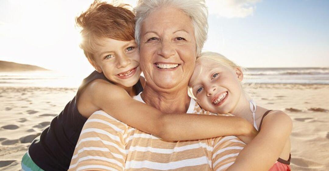 Картинка молодая бабушка с внуками