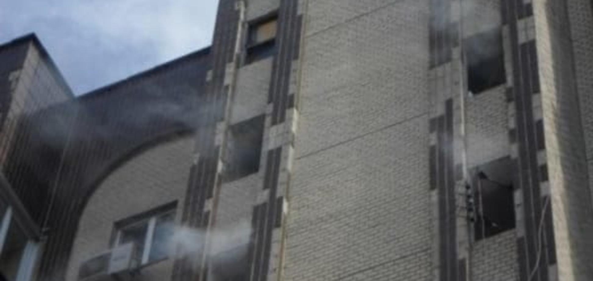 Киевские патрульные вынесли из горящего дома семью с шестилетним ребенком (видео)