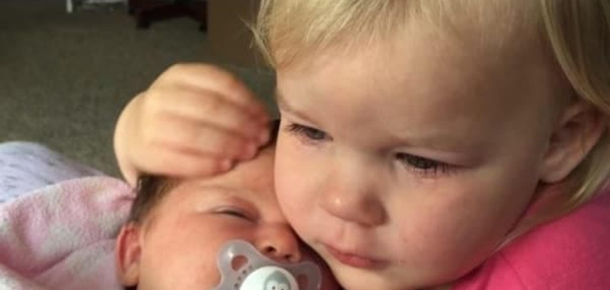 Знакомство с младшей сестрой: трогательное видео