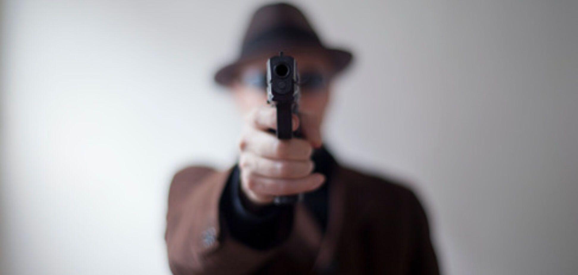 У Києві невідомий з пістолетом напав на дівчину в ліфті