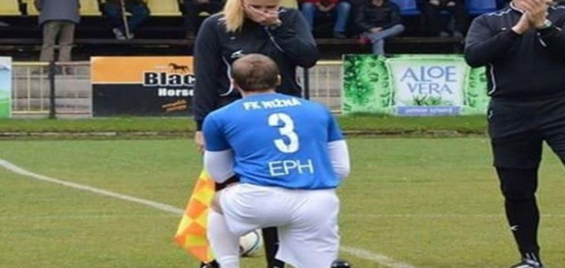 Словацкий футболист сделал арбитру предложение руки и сердца во время матча: фотофакт