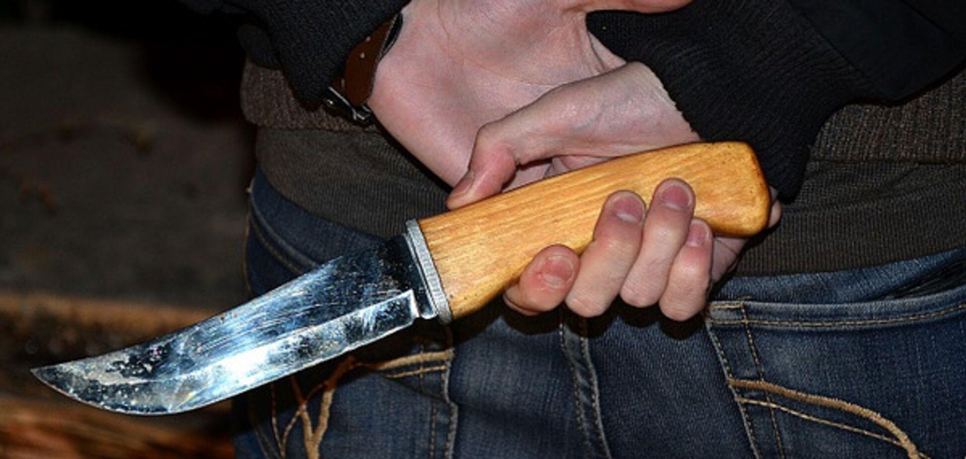 вдарив ножем