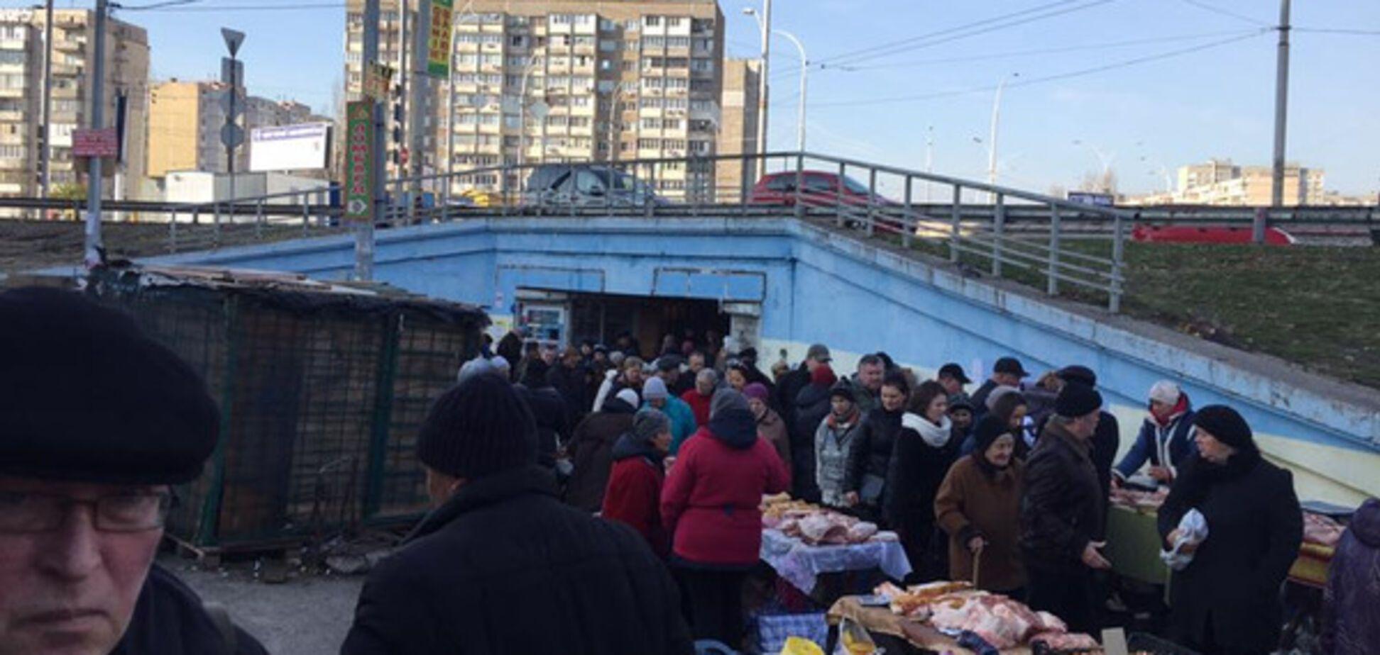 торговля возле станции метро \'Героев Днепра\'