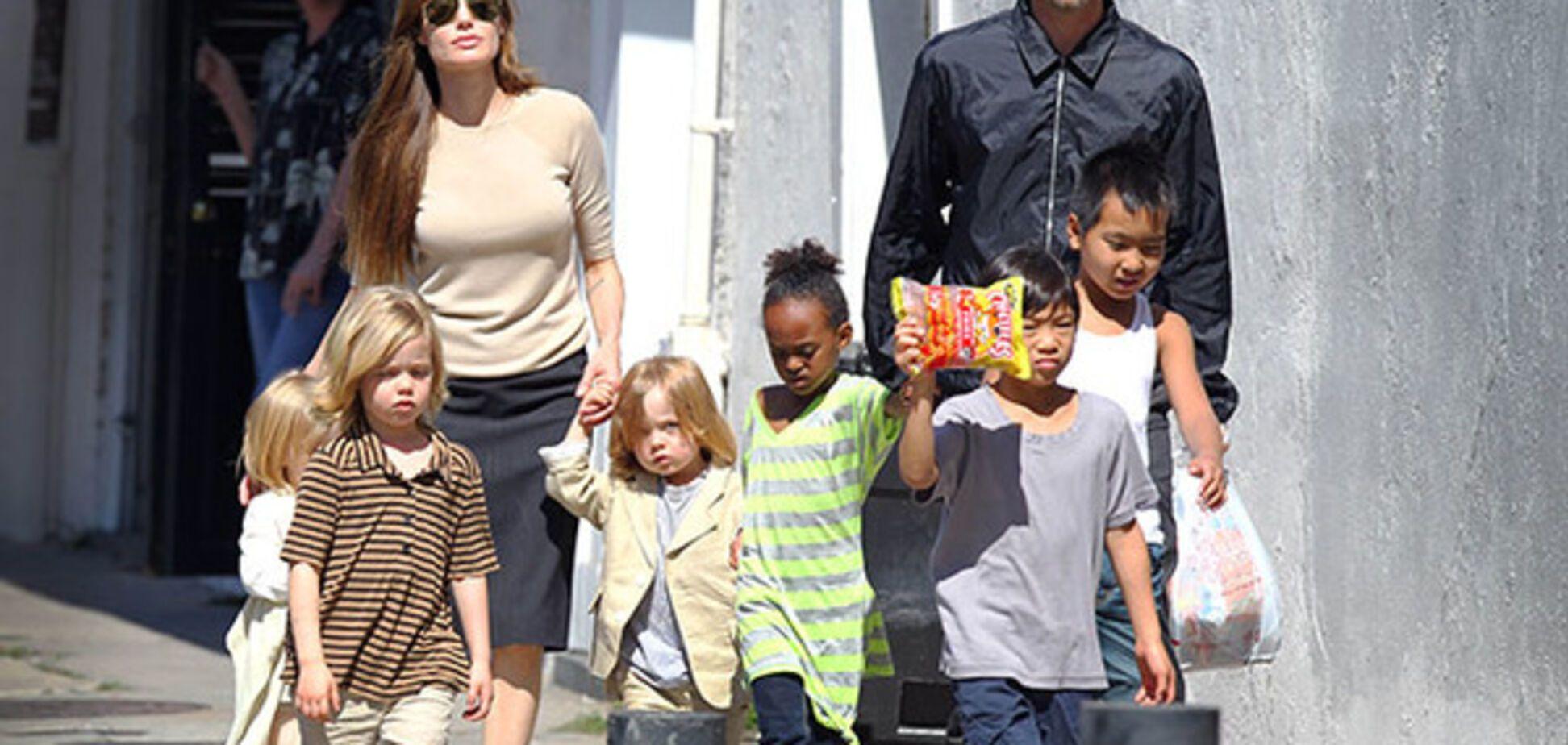 Анджеліна Джолі і Бред Пітт з дітьми