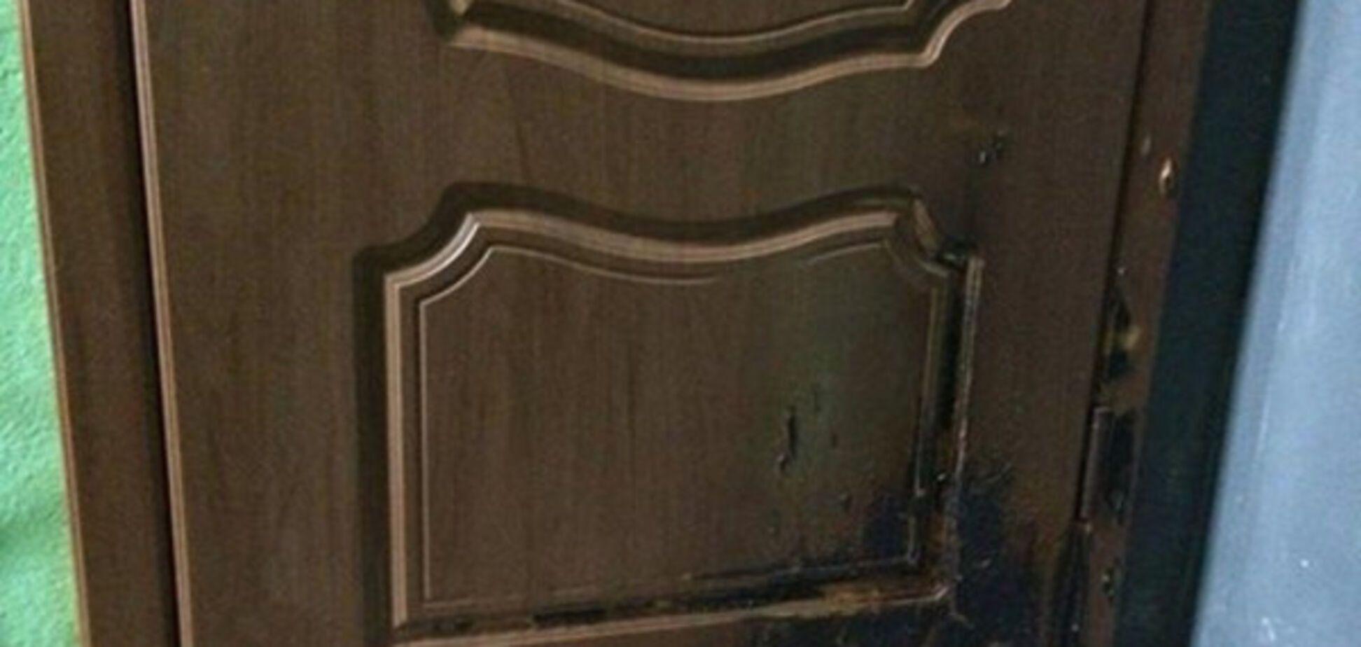 Меру Херсона підпалили двері