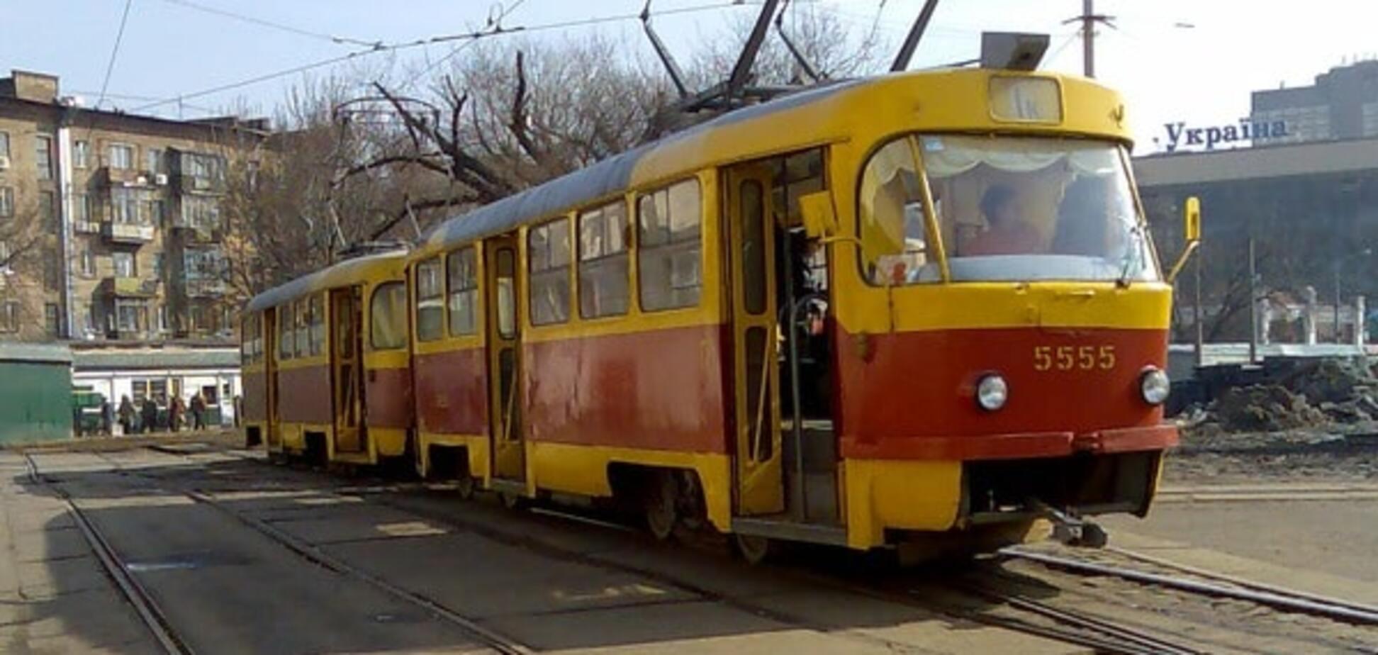 В Киеве трамвай наехал на прохожего