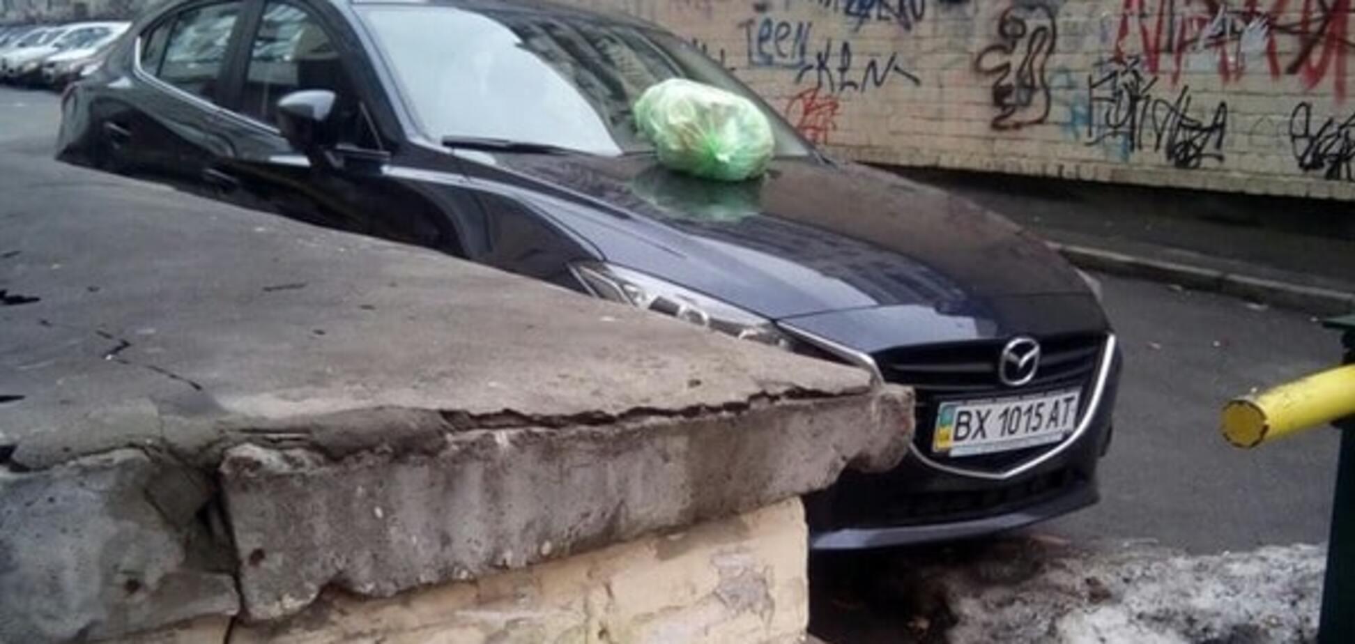 В Киеве горожане наказали 'героя парковки': фотофакт