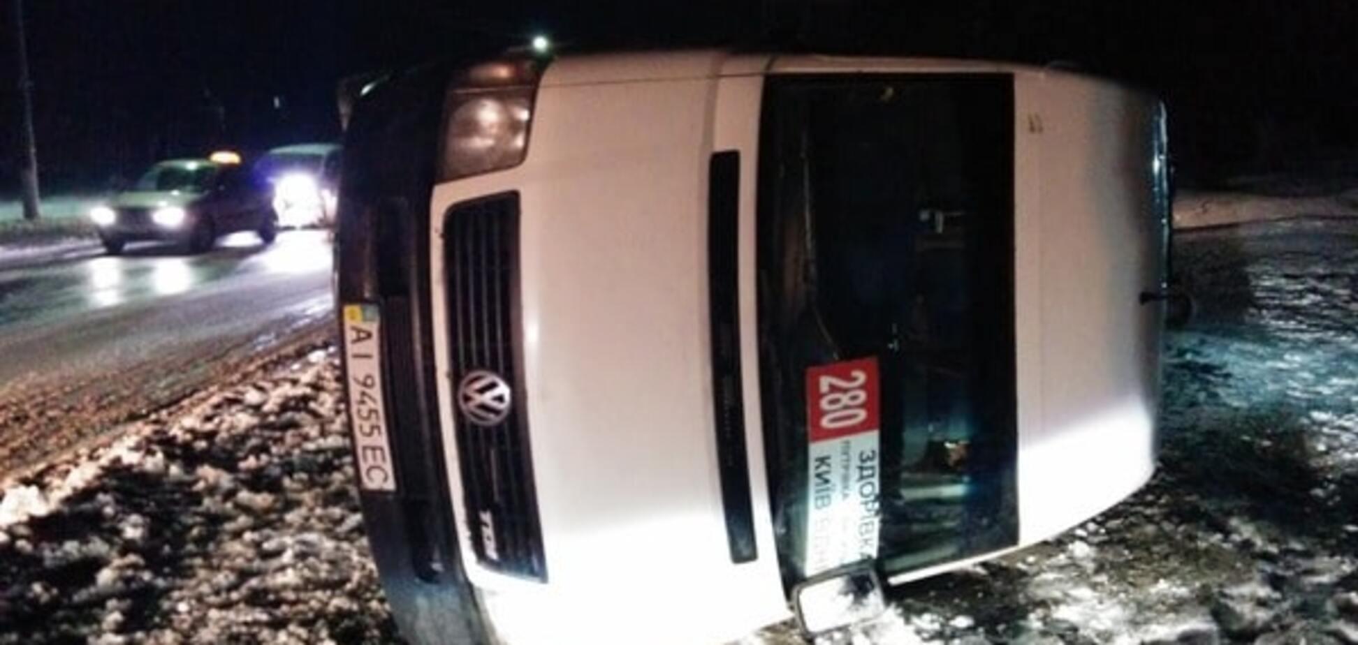 Под Киевом из-за гололеда перевернулась маршрутка с пассажирами: опубликованы фото
