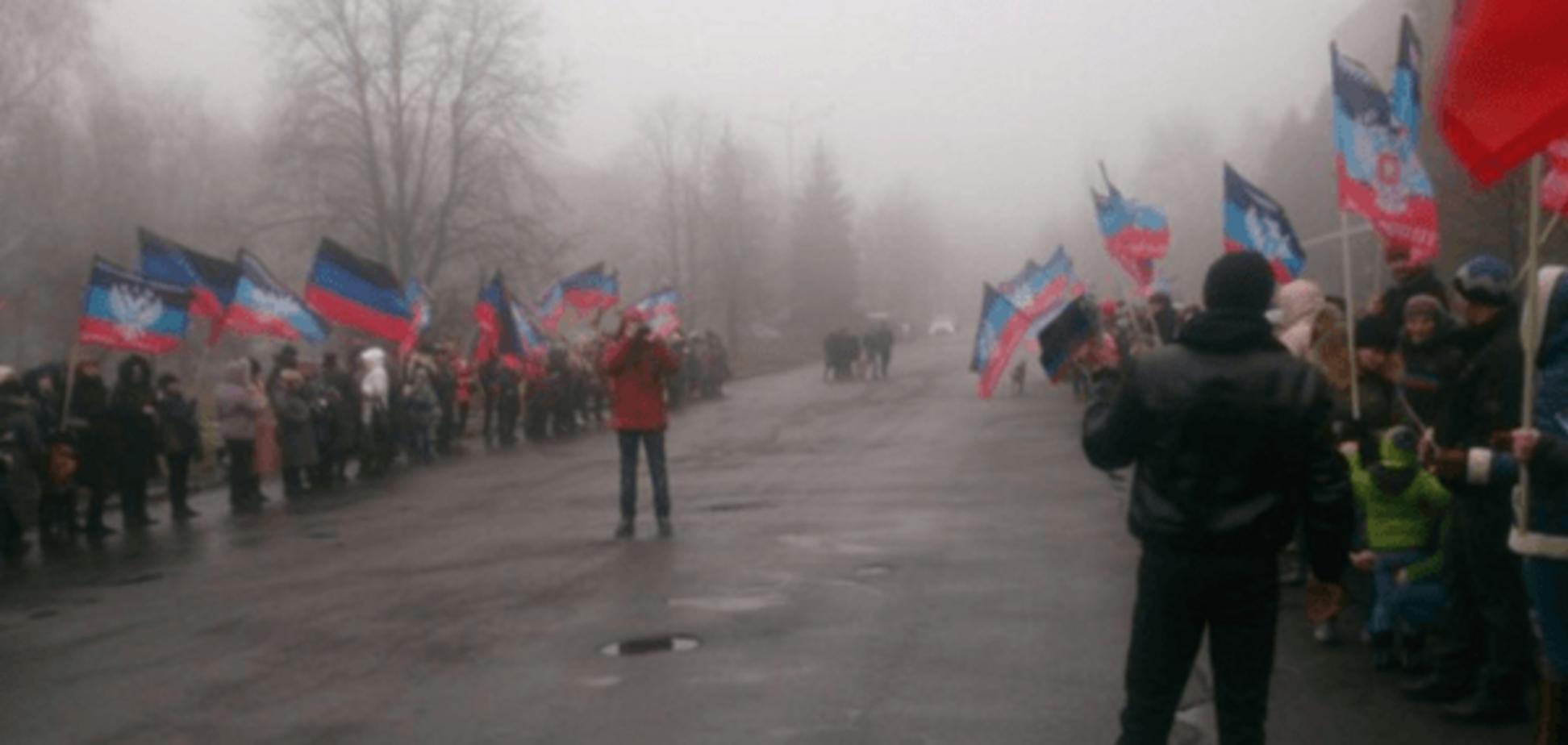 У Дебальцевому жителів вивели із прапорами зустрічати Захарченка: відеофакт