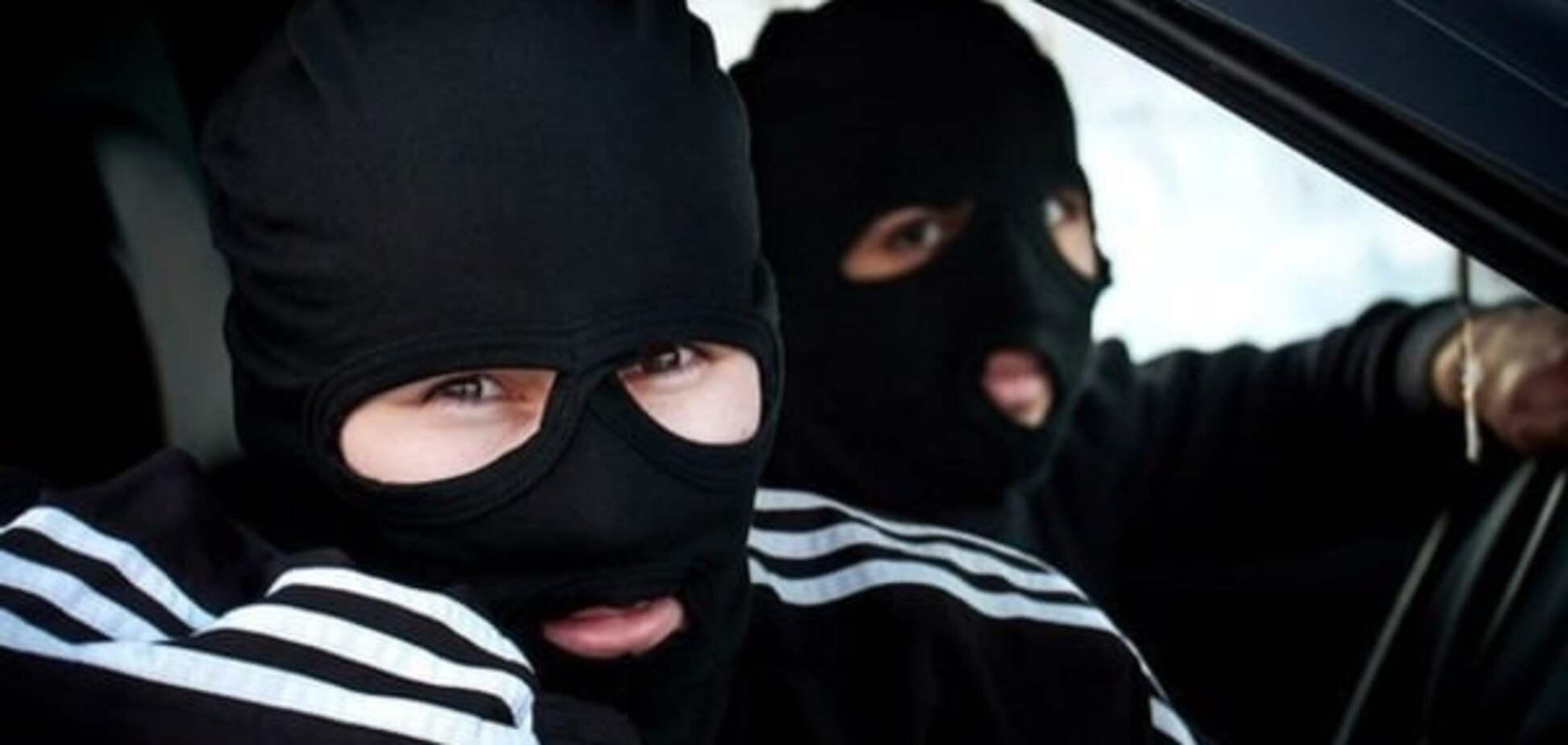 У Києві вночі бандити увірвалися в будинок і пограбували господаря
