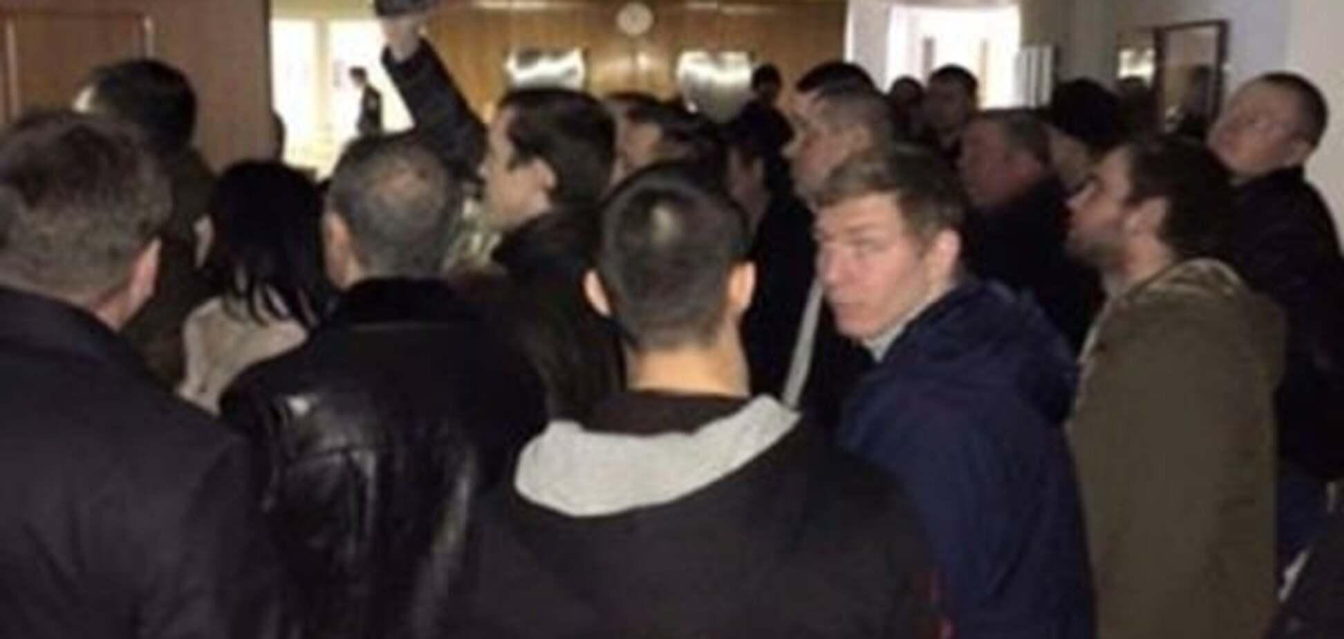 Полиция разогнала 'титушек' и освободила мэра Днепропетровска