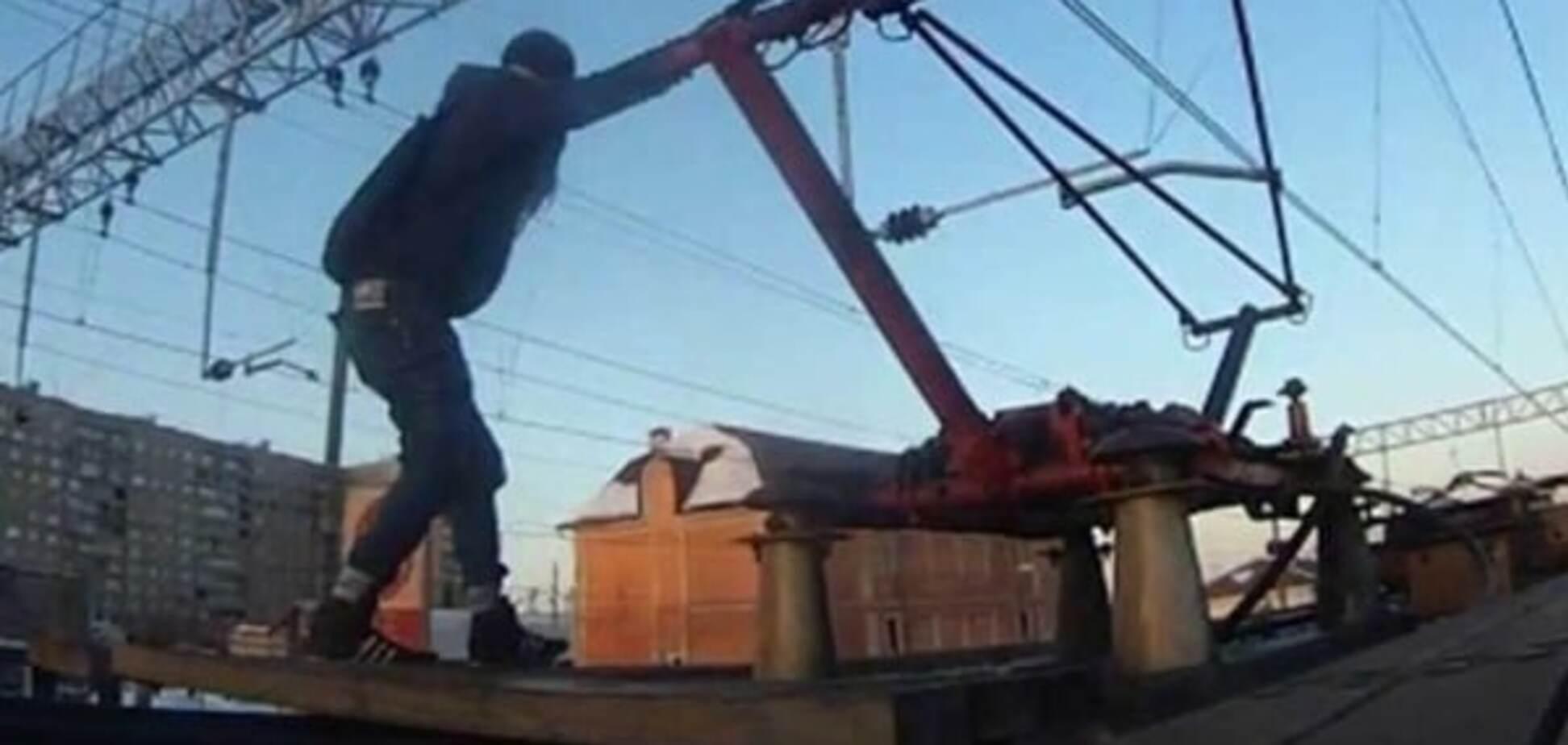 ЧП в Киеве: парня ударило током на крыше электрички