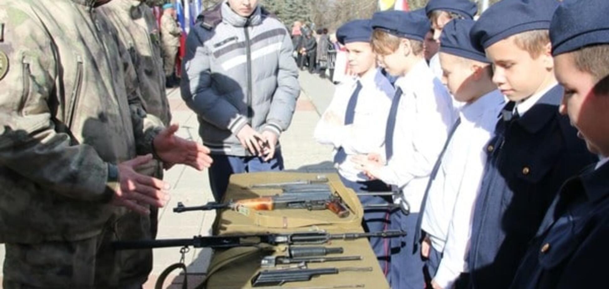 23 лютого в Криму молилися і вчили дітей збирати автомати - ЗМІ