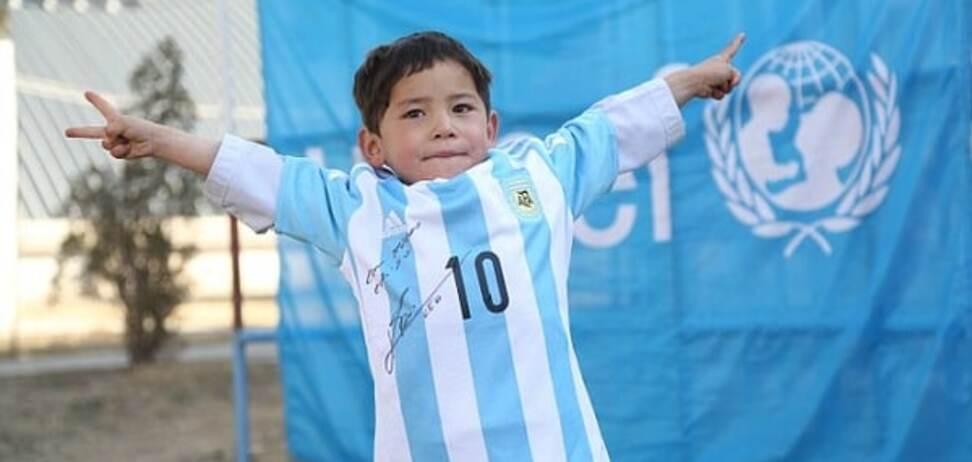 Фото дня: Месси осчастливил мальчика, который сделал его футболку из полиэтиленового пакета