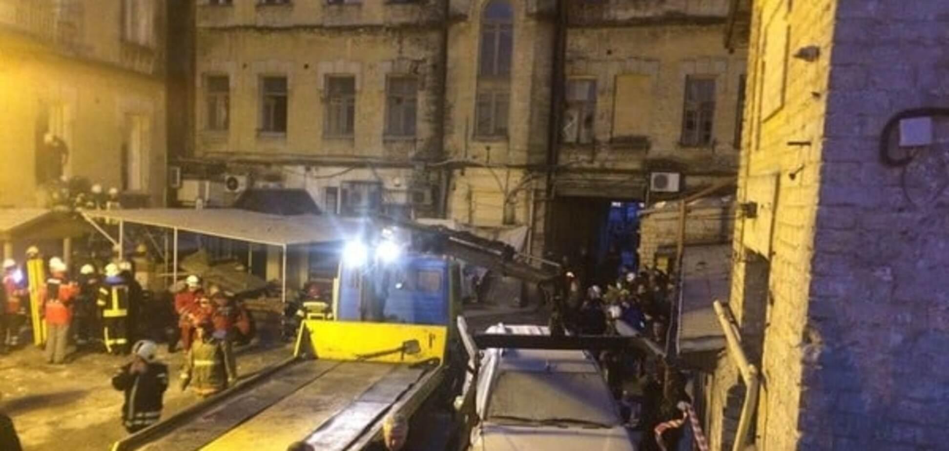 Під завалами будинка, що обвалився у Києві, можуть залишатися люди