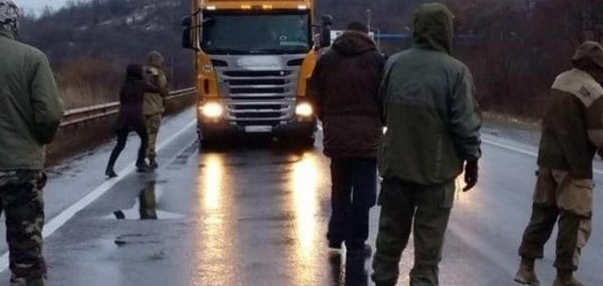 Активисты не впускают в Украину российские фуры из Беларуси