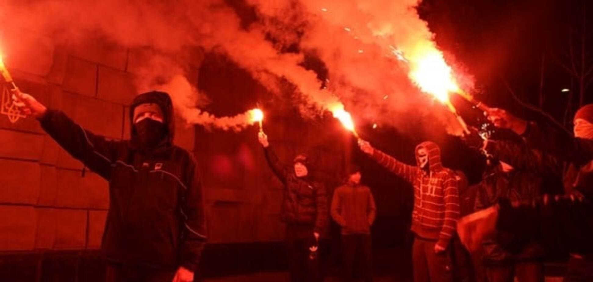 Задержание Краснова: активисты 'Азова' зажгли файеры под СБУ