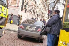 Отошел на минуточку: герой парковки заблокировал проезд в центре Киева