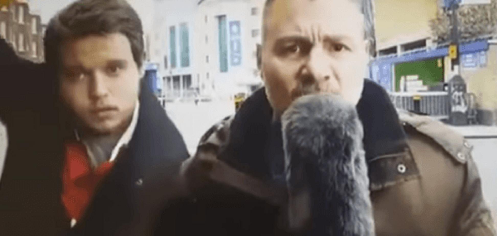 Спортивный репортер избил пристававшего к нему мужчину огромным бананом: видео происшествия