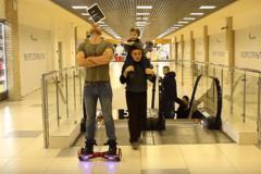 Трюк на миллион: мальчик клюшкой сбил iPad с головы мужчины
