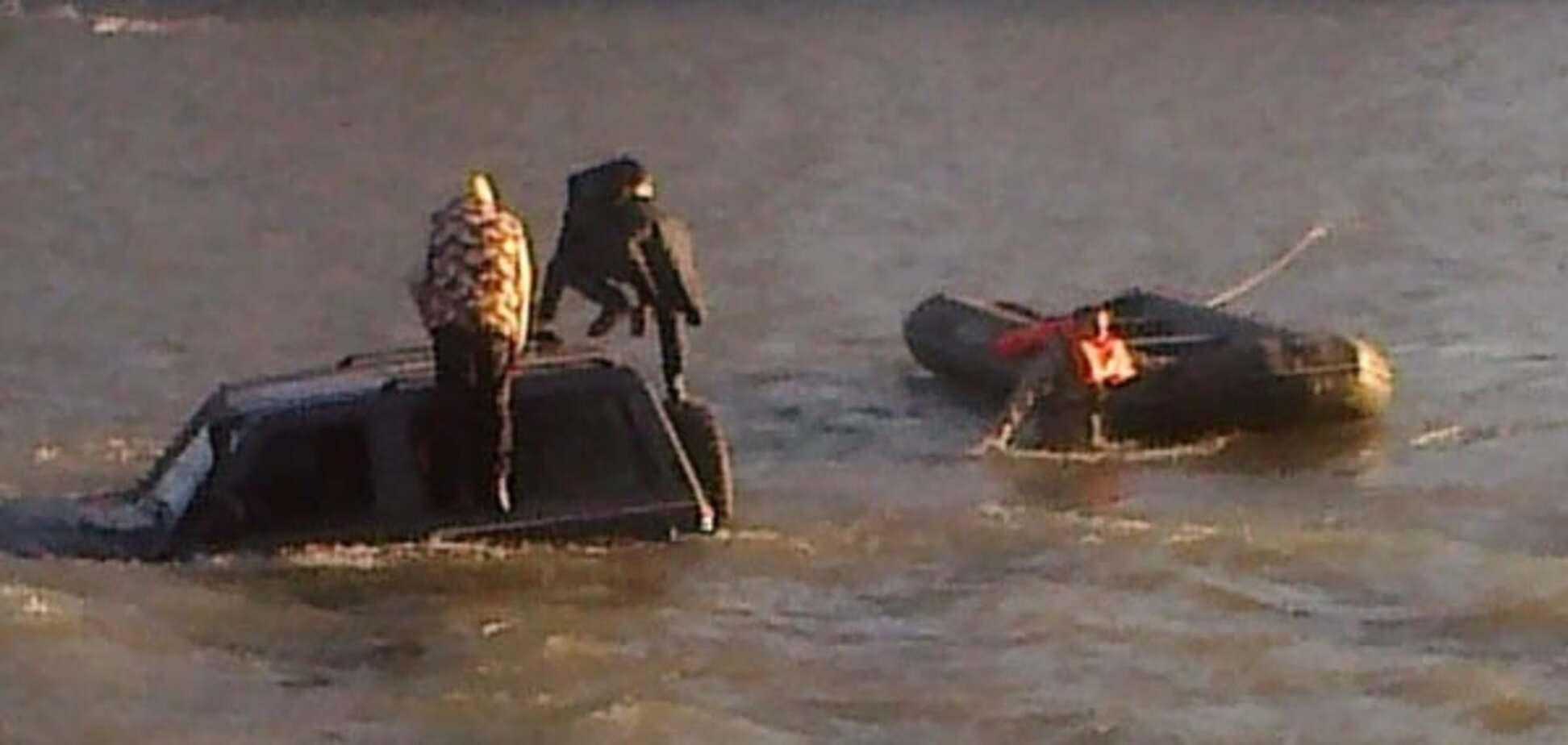 'Розуму не треба': в Ужгороді двоє чоловіків застрягли в річці на джипі. Опубліковано відео
