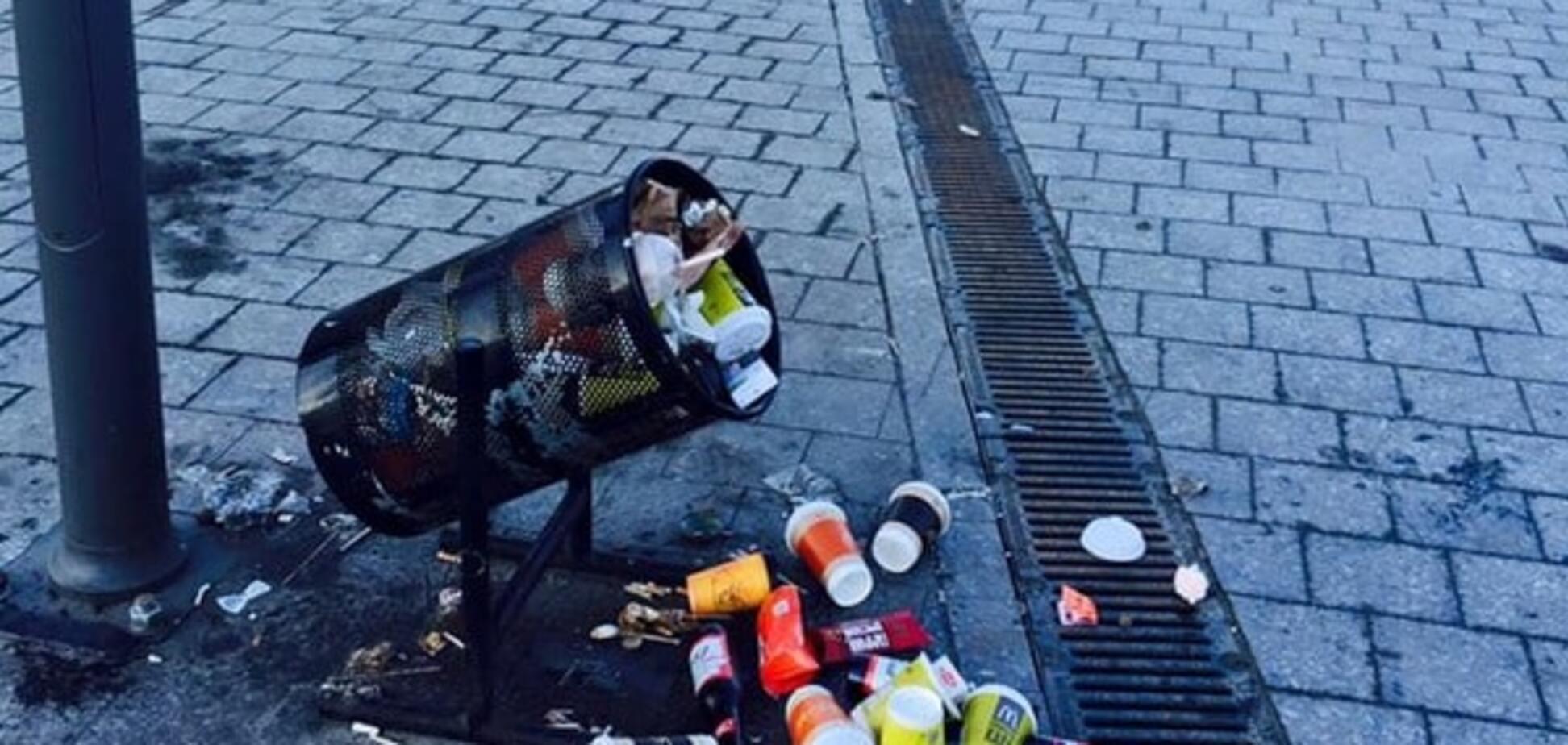 Ганьба: в соцмережі показали, як кияни засмітили Поштову площу
