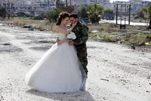 Жизнь сильнее смерти: в Сирии молодожены снялись в фотосессии на руинах. Опубликованы фото